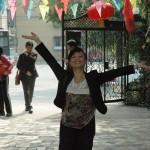 1. Vår fantastiske reiseguide Elise Chen ønsker velkommen til Red Cap Kindergarten ved Fujin Jiayuan