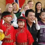 33. Fotografering med Red Cap Kindergartens rektor
